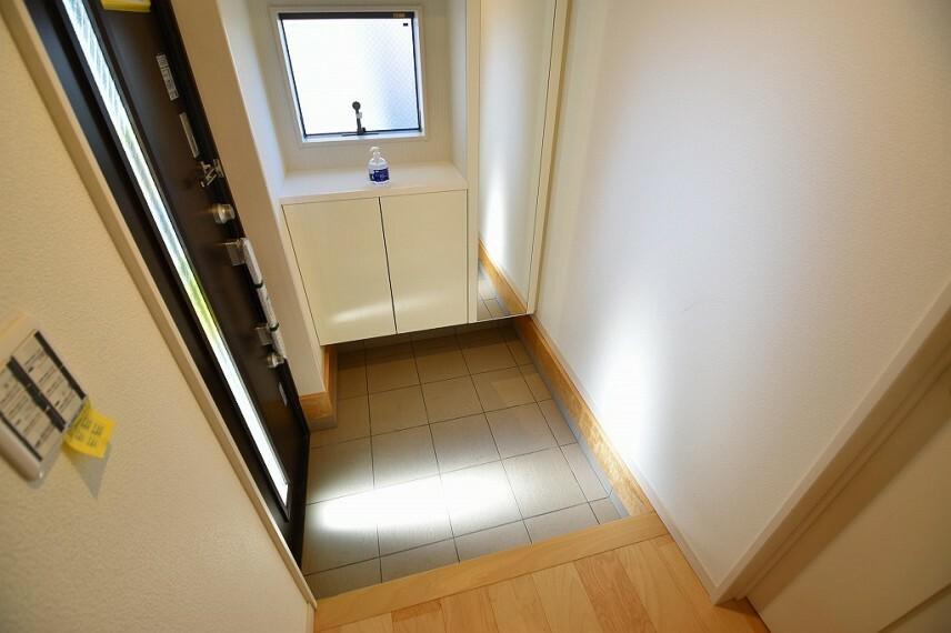 玄関 ゆったりとした明るい玄関には大型のシューズボックスを設置。