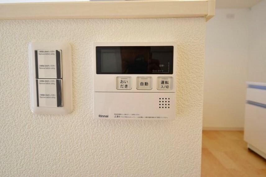 発電・温水設備 キッチンとバスルームで連動している給湯リモコンスイッチ。