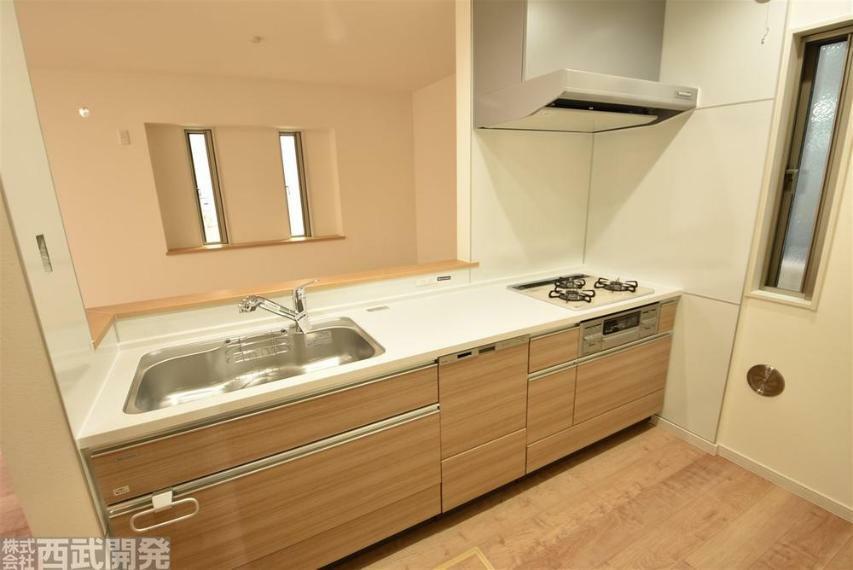 キッチン 吊戸棚が無いため開放感が増して視界も良好です。