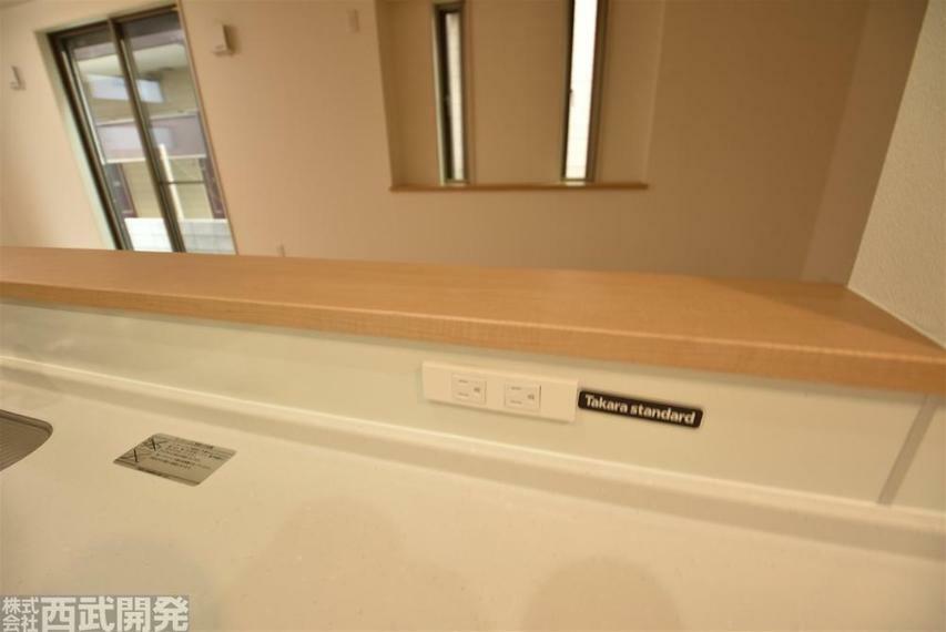 キッチン天板にコンセントがあると調理時に色々助かりますね!
