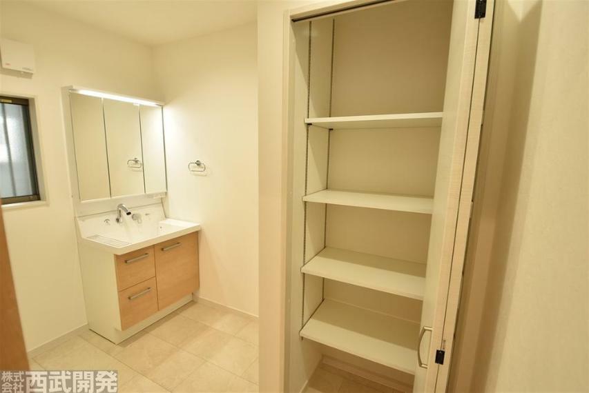 収納 広い洗面所に収納スペースがありタオルや洗剤などの置き場に重宝!