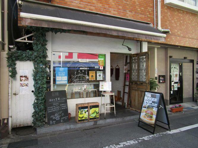 現況写真 徒歩1分 かわいいカフェや飲食店が立ち並びます