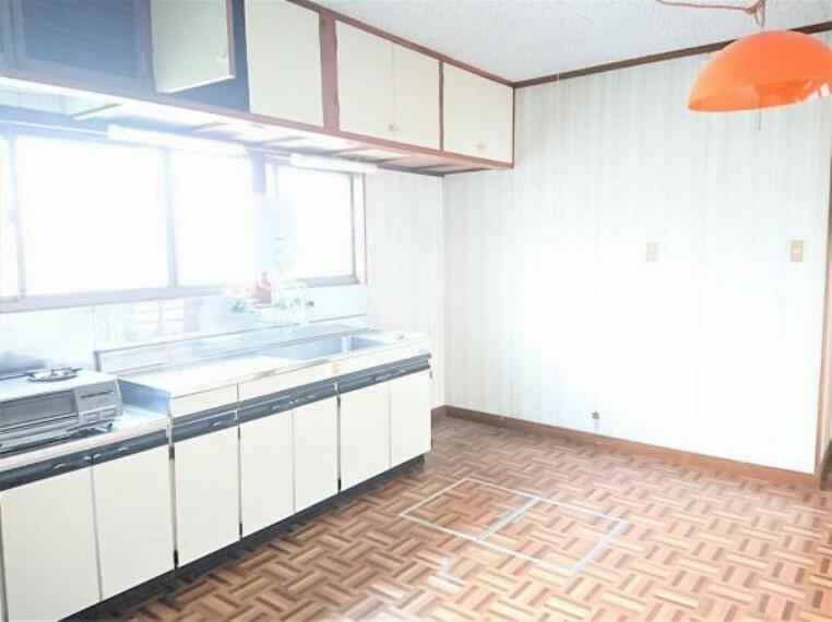 キッチン 【リフォーム中】キッチンです。対面式システムキッチンを設置し、清潔感のある空間に仕上げます。きれいなキッチンで家事もはかどりますね。