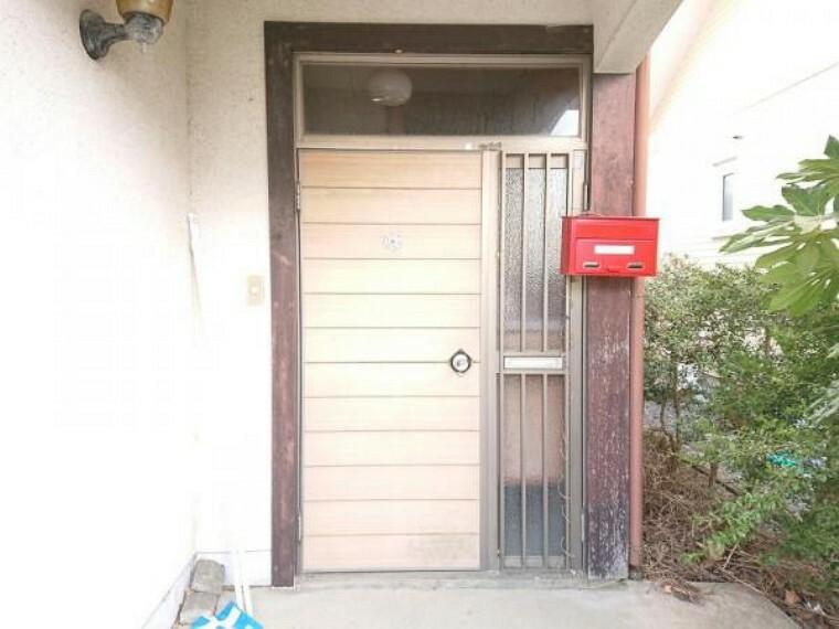 外観写真 【リフォーム中】玄関ドア交換、タイル張り替えを予定しております。玄関はお家の顔ともいえるため清潔感を持たせます。