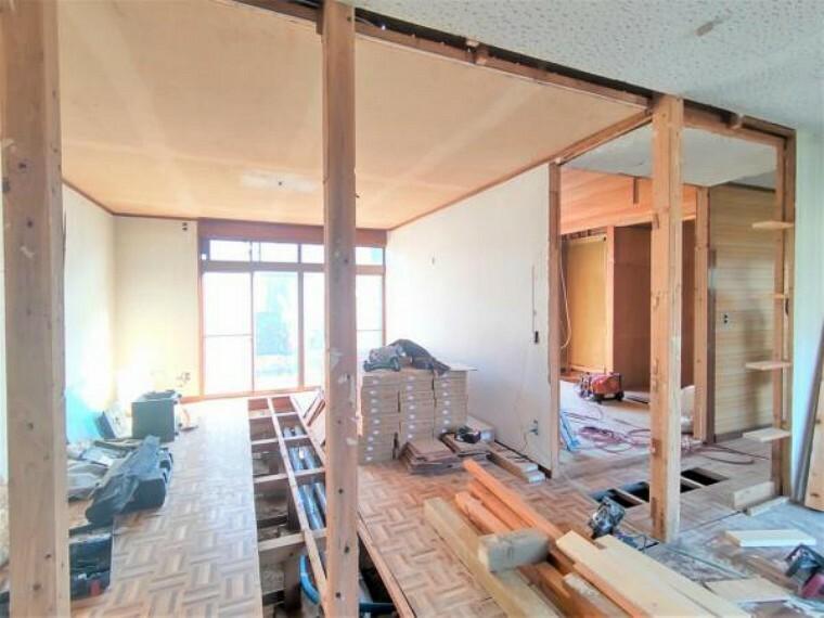 居間・リビング 【リフォーム中】クロスの張替え、フロア張りを行うことで白を基調とした明るい空間に仕上がりますよ。