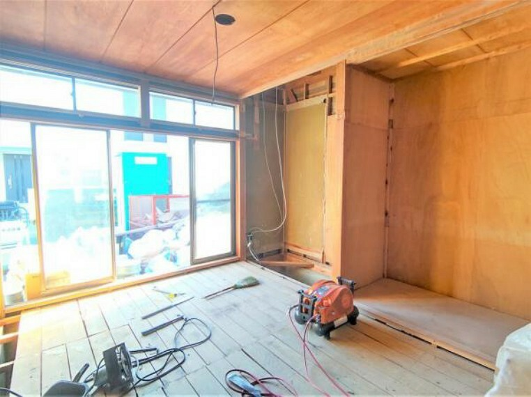 【リフォーム中】1階西側7帖洋室です。南側に大きな掃き出し窓があるので通気や日当たりが良いですよ。
