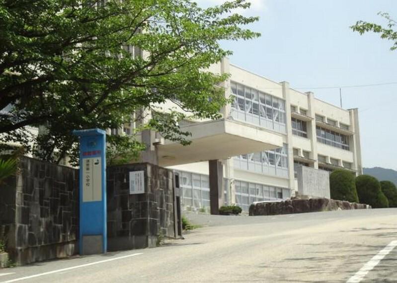 小学校 須恵第一小学校まで徒歩23分(1800M)です。少し距離はありますが、毎日歩くことで体力がつきますね。
