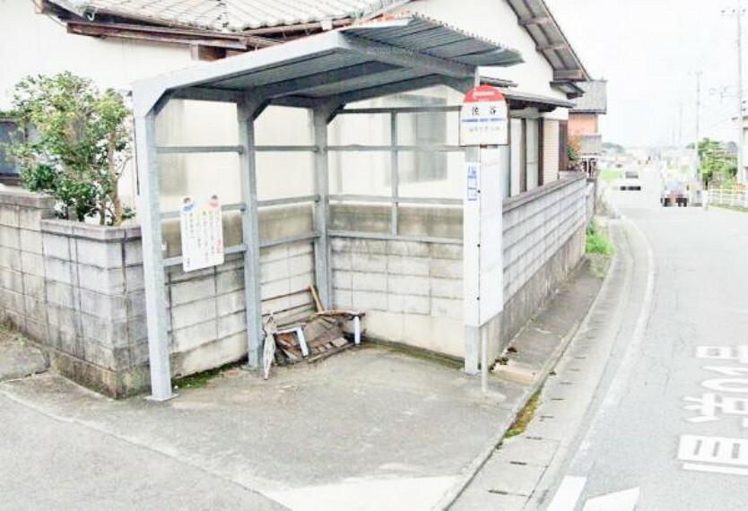 西鉄「佐谷」バス停まで徒歩4分(260M)です。福岡市営地下鉄「福岡空港」駅までバスで約30分です。地下鉄に乗り換えれば渋滞を気にせず天神や博多駅に移動できますので便利ですね。