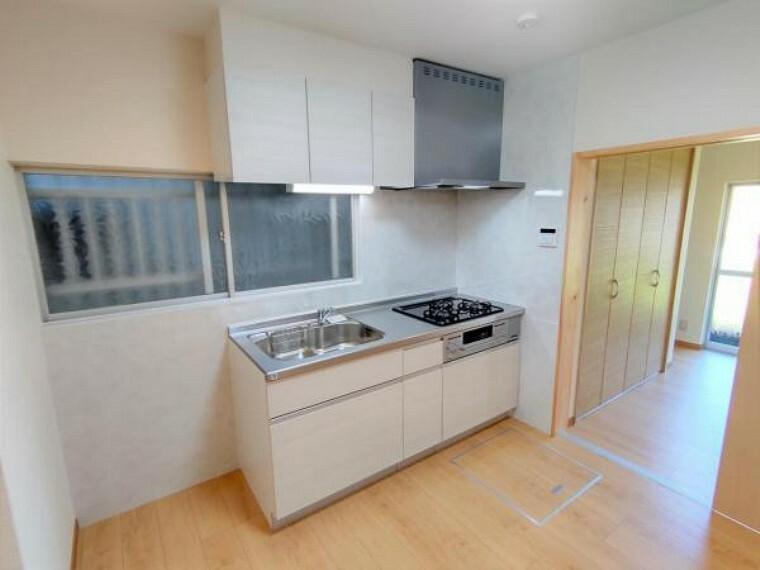 居間・リビング 【リフォーム済】キッチンはハウステック製のものに新品交換しました。その他間取り変更に伴い、冷蔵庫、食器棚を置くスペースも確保しています。是非現地で新生活の想像を膨らませてください。