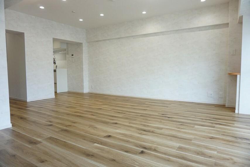 居間・リビング リビングダイニングの天井にはアルコーブ照明が取り付けてあります。室内がやわらかく優しい雰囲気になっています。