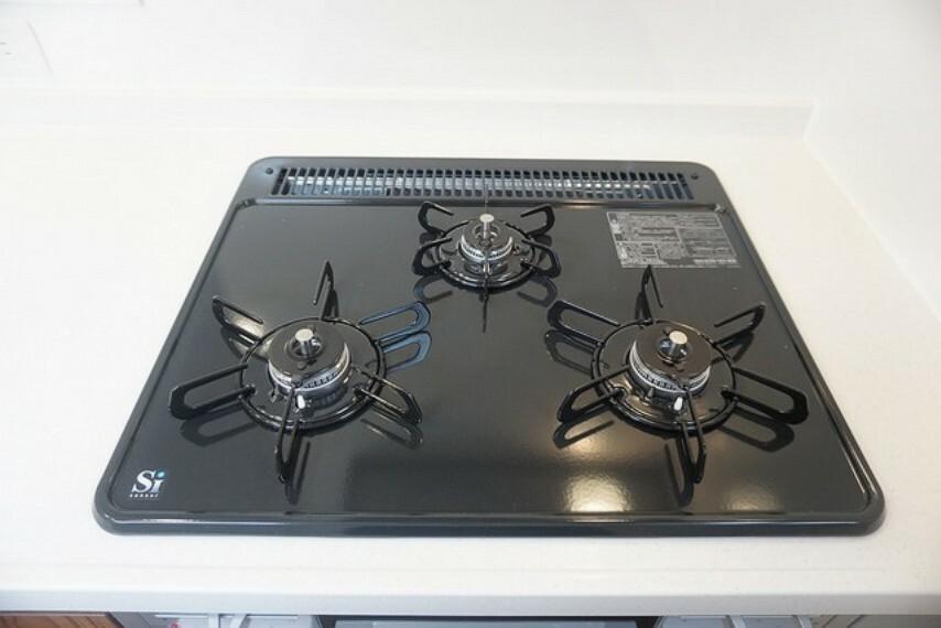 キッチン 「同仕様写真」3種類の料理が同時に調理できる、3口ガスコンロ。忙しい夕食の支度時間が短縮できて嬉しいですね。
