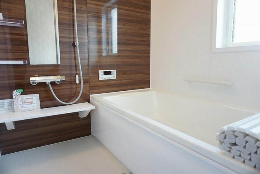 浴室 「同仕様写真」ゆったりくつろげる1坪タイプ浴室は明るいトーンの色調で衛生的な空間で、くつろぎのバスタイムをお届けします。バリアフリー設計、また浴室換気乾燥暖房機付き、タイル床でカビの発生を抑制します。