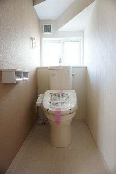 トイレ 「同仕様写真」ウォシュレット付トイレです。節水機能もあるので、安心して使えますね。もちろん、1階2階の2ヶ所にトイレがあるので、忙しい朝にもゆとりができますね。