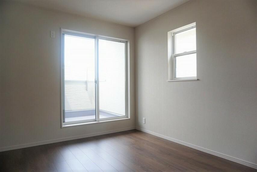 寝室 「同仕様写真」2面採光を確保した明るい室内は、風通しも良く、大変居心地の良い空間となっております。爽やかな風を感じて起きる朝は、快適生活の始まりに。