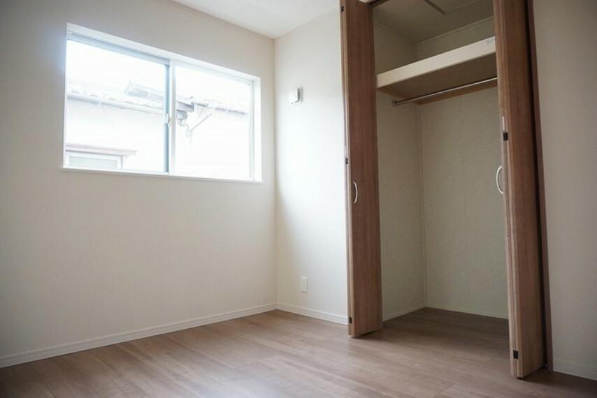 寝室 「同仕様写真」全居室にはたっぷり収納できる大型クローゼットを設置しています。窓には断熱性・保温性にすぐれ、省エネ効果のあるペアガラスを採用。冬には結露を防止します。