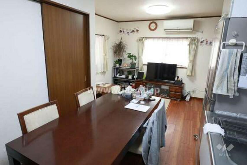 居間・リビング LDK約10.5帖。室内は大変綺麗にお使いです。南側に窓があり、リビングは明るいです。