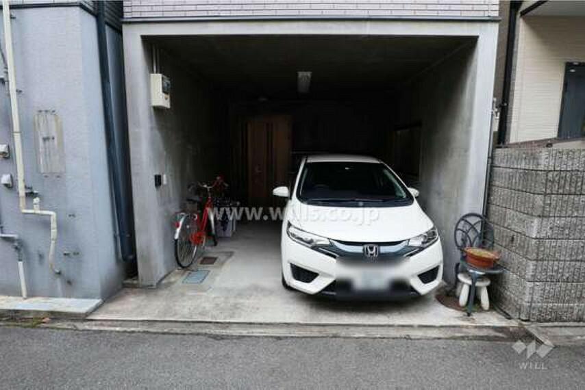駐車場 車庫部分。屋根があるので、お車や自転車が雨の日にも濡れません。