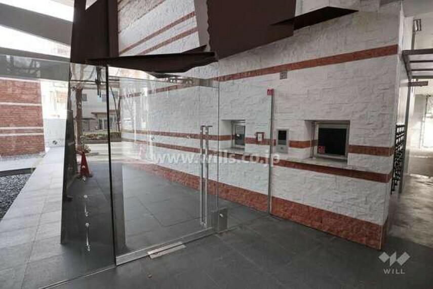 エントランスホール マンションのエントランス。ガラス張り、かつ、吹き抜けがあるため、解放感があります。