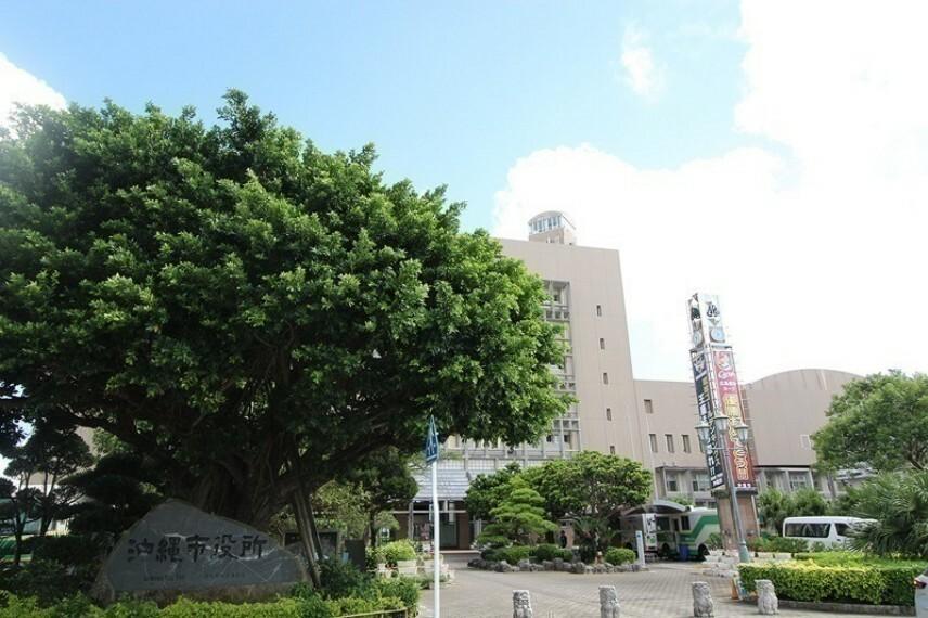 周辺の街並み 沖縄市役所