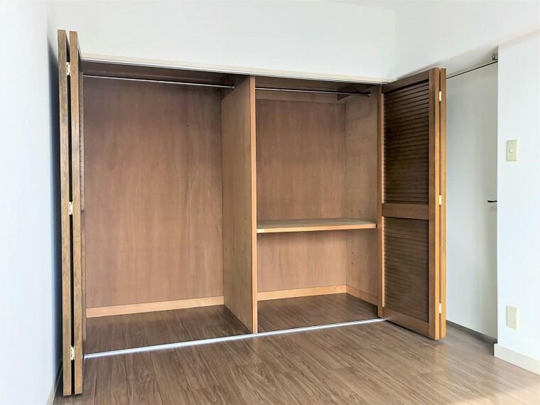 収納 壁面クローゼットがあればタンスを置く必要がなく、出っ張りのないスッキリ空間を維持できます。限られたスペースを有効に活用できそう。