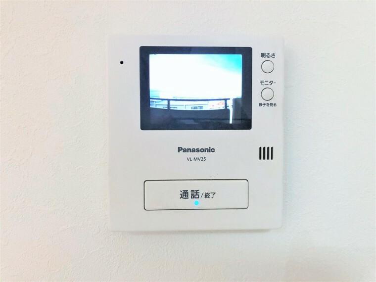 防犯設備 TVモニター付きインターホン。訪問者が一目でわかります。カラーモニターでとても鮮明に来訪者が確認でき、不在の際の録画機能もありとても便利です。