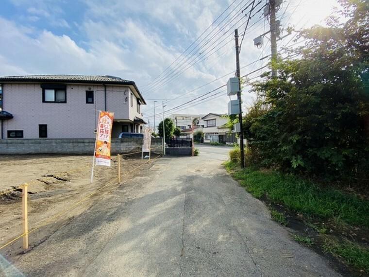 現況写真 前面道路は車通りも少なく、お子様も安心できる閑静な住宅街です。