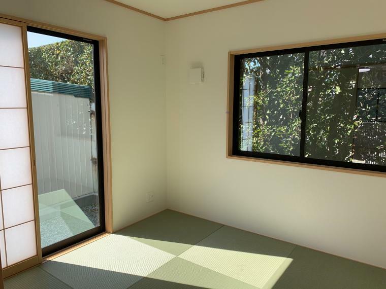 和室 リビングに繋がる和室でございます。家事の合間にホッと一息つける癒しの空間になるのではないでしょうか。