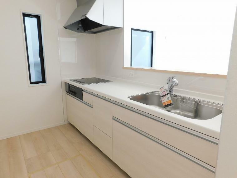 キッチン 作業スペースを多くとったオシャレなキッチン。夫婦そろってキッチンに立っても調理がしやすくゆとりある広さ。収納豊富で使いやすいキッチン