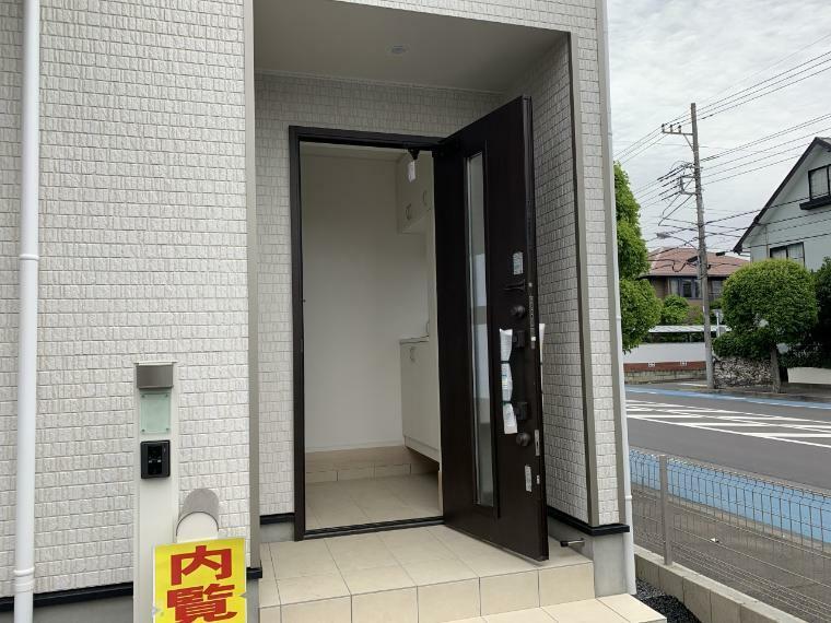 玄関 カードキーの玄関ドアは施錠・開錠がスムーズで持ち運びもお財布でOK ピッキング対策にもなります