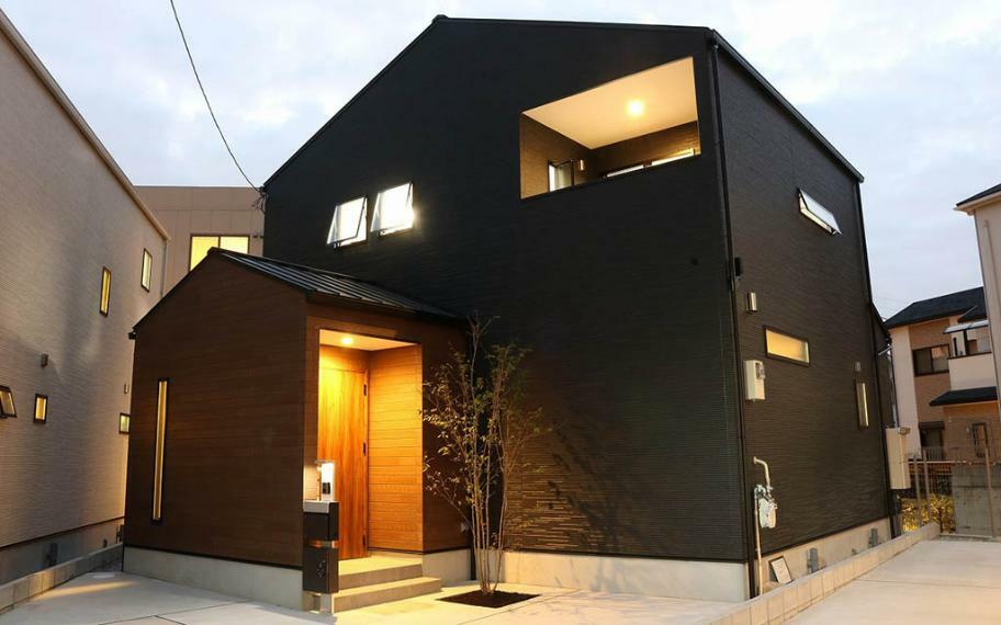 完成予想図(外観) 施工例■三角屋根の外観は黒をベースにダークの木目をアクセントでかっこよく。内装は、ネイビーのドアにナチュラルオークの床で温かみのある心地の良い空間です。