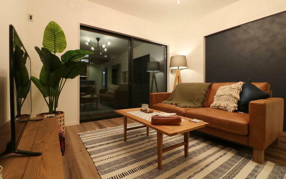 居間・リビング 施工例■内装は、ネイビーのドアにナチュラルオークの床で温かみのある心地の良い空間です。