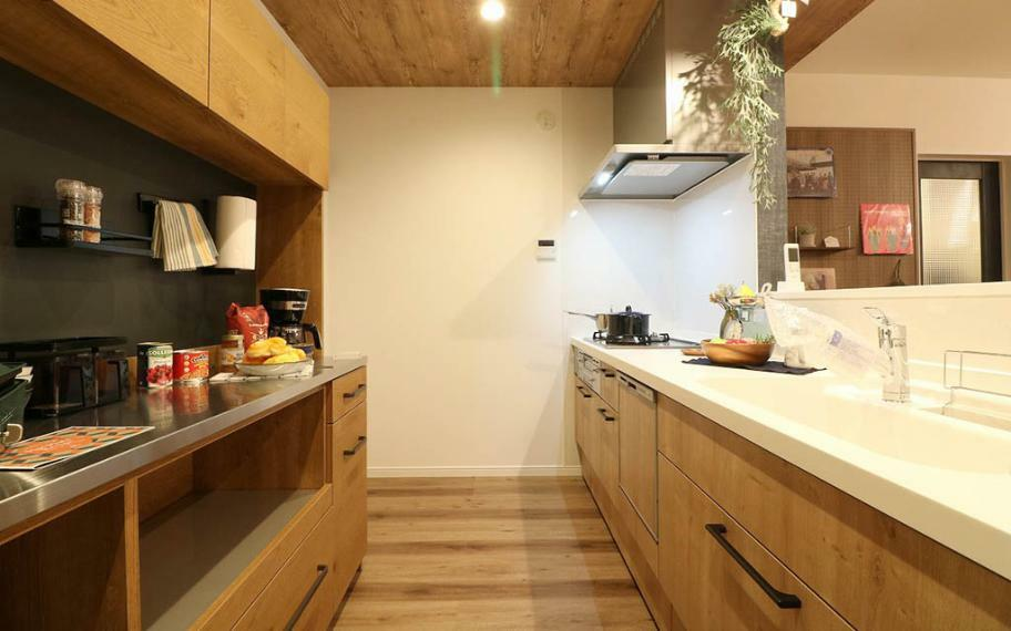 キッチン 施工例■キッチン背面にはカップボードとパントリーを設けました。オーブンレンジなどの家事家電の置き場所や、散らかりがちな家事小物や日用品のストック品まで、まとめて整理できます。