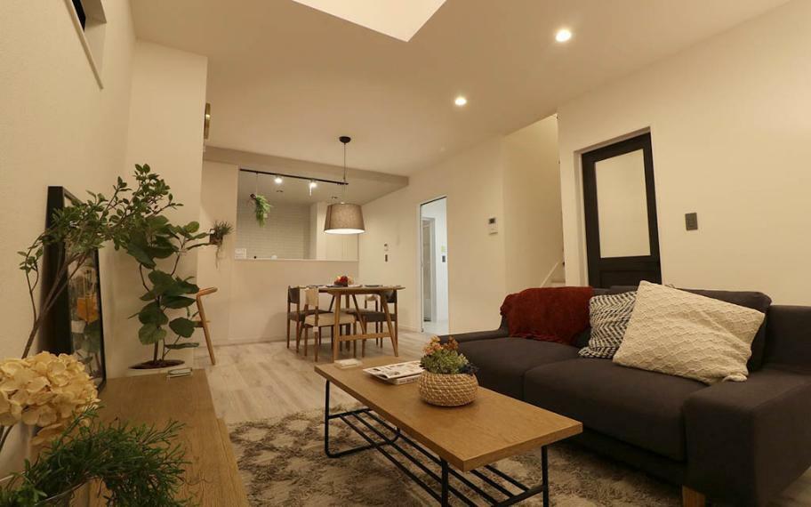 居間・リビング 施工例■内装は、ホワイトのドアにホワイトオークの床で落ち着きのある洗練された空間になっています。