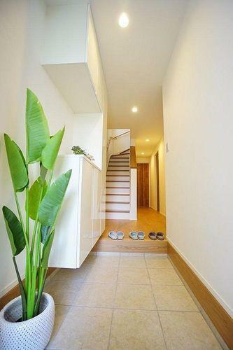 玄関 玄関の収納スペースには靴がたくさん入ります。棚の高さを変えられますのでブーツもたくさん入れる事が出来ます。