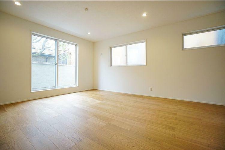窓が多く明るい居室。家具の配置に影響しないよう考えられた高さに窓があり、明るく使いやすい室内です。