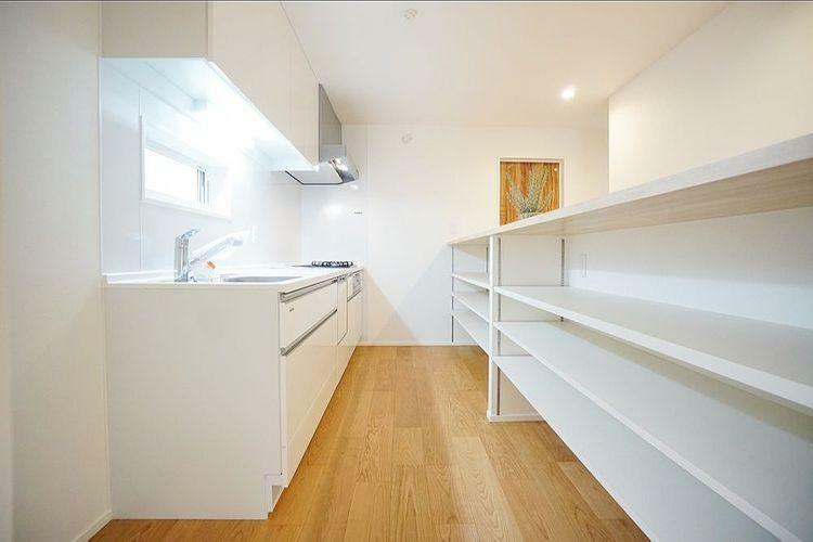 キッチン 広々としたキッチンは大変収納が充実しております。食洗器もございますのでお皿洗いの負担が減りますね。