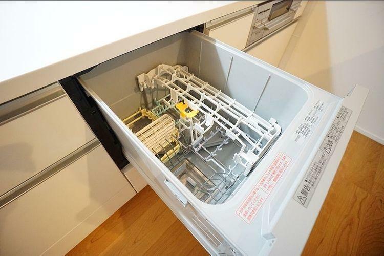 キッチン 食洗機があると今までの食器洗いの時間を休憩や他の家事に当てることができます。新生活が楽しみですね!