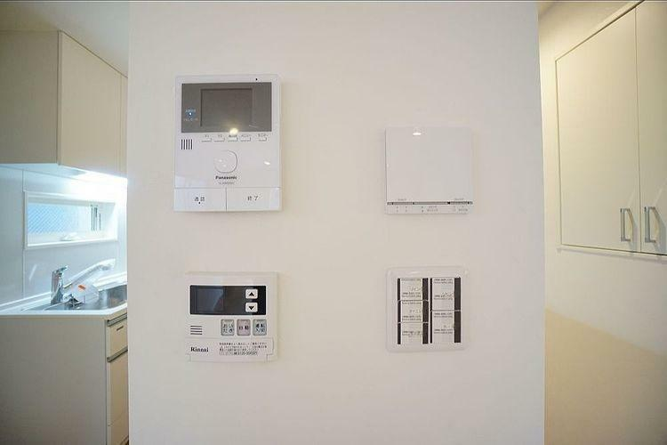 キッチン キッチンの近くにインターホンや給湯器スイッチなど、設備機器のスイッチが集中しています。
