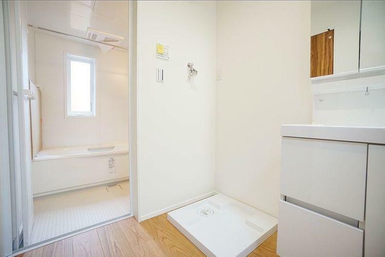 洗面化粧台 白物家電と相性の良い清潔感のある洗面台。毎日使う場所だから、いつも綺麗にしていたいですね。
