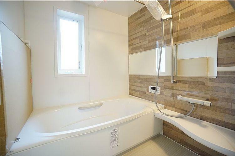 浴室 浴室にも明るい自然光が入ってきます。昼間の入浴も気持ちよさそうですね。