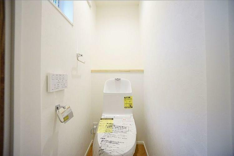 トイレ 汚れがつきにくい特殊な加工がされています。フチを丸ごとなくし、サッとひと拭き、お掃除もラクラクです。