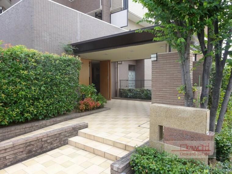 玄関 専用ポーチ、専用庭、ガーデンテラス付きの南東角住戸! 窓が多く風通し良好!