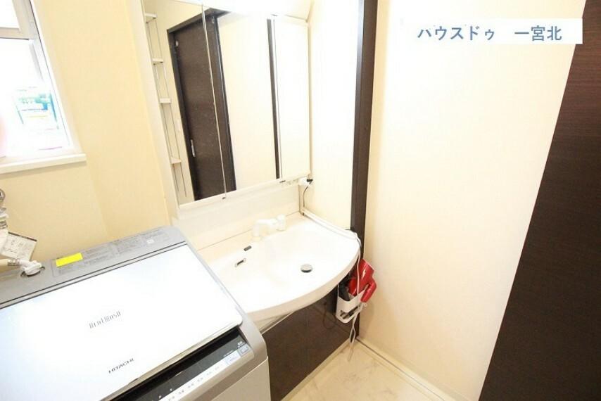 洗面化粧台 【洗面台】身支度に便利な3面鏡鏡。 便利な鏡裏収納つきです