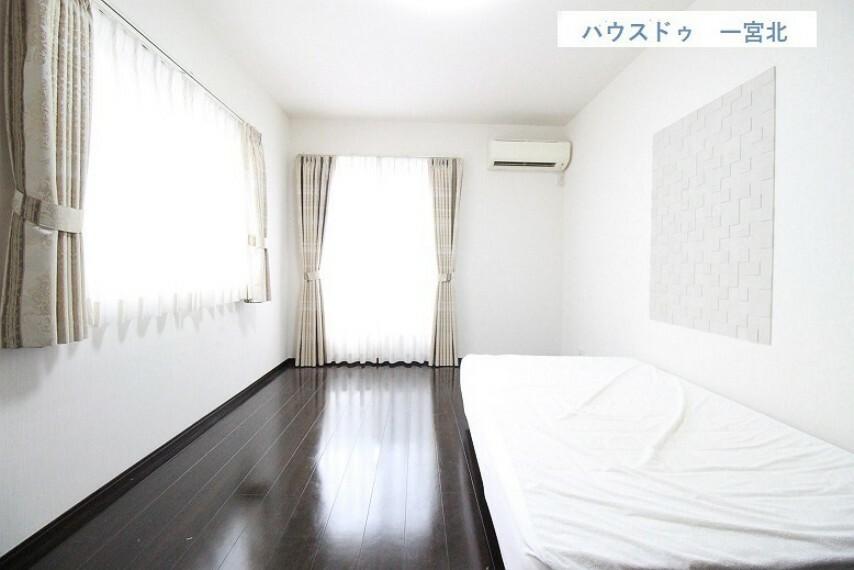 洋室 【2階 洋室】2面採光の明るい洋室。 約9帖の広々空間です