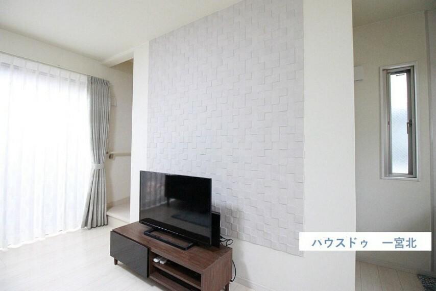 居間・リビング リビングおよび2階居室の壁にはエコカラットが使用されています
