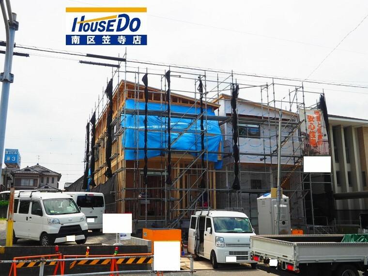 現況外観写真 2棟建築中です!並列駐車2台可能  2021年5月29日撮影