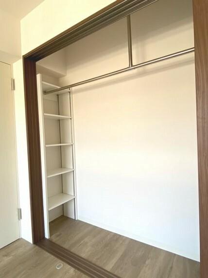 収納 洋室のクローゼットは隅に棚付きです