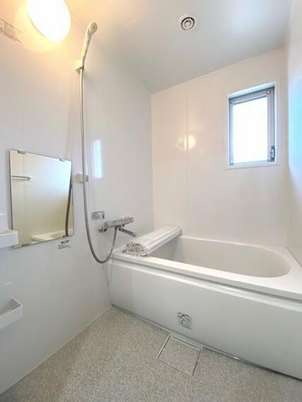 浴室 白を基調にした清潔感がある浴室 窓があります!