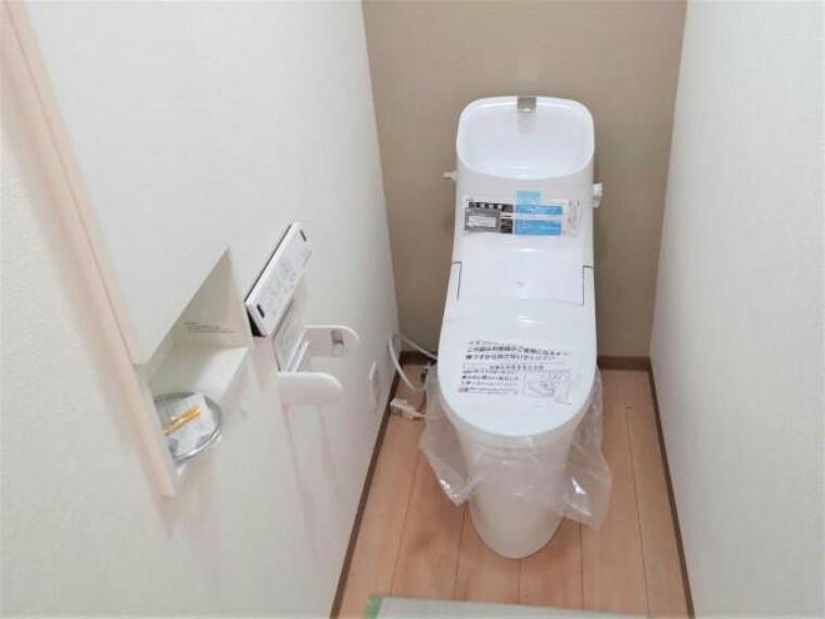 洗面化粧台 【6/13撮影 トイレ】1階のトイレはLIXIL製の温水洗浄便座トイレに新品交換しました。壁・天井のクロス、床はフローリング材の張替えを行いました。清潔感溢れる空間になりました。