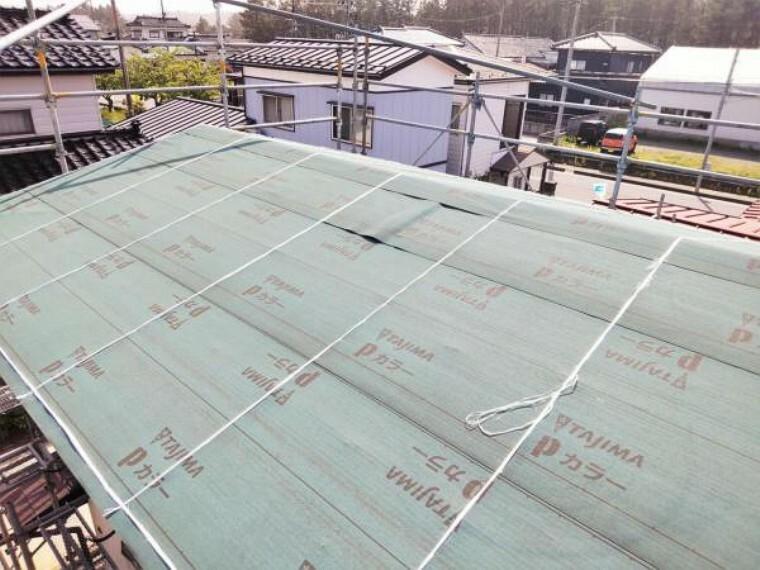 外観写真 【屋根 現地写真】屋根はルーフィング、トタンの張替えを行いました。